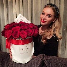 Букет в белой шляпной коробке с красными розами Love Box