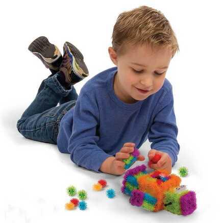 Мальчик играет в конструктор липучка Bunchems