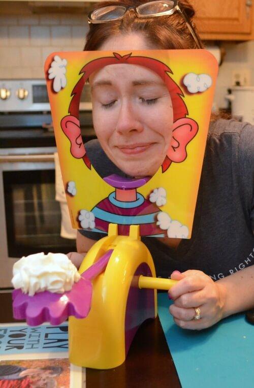 Женщина играет в Пирог в лицо