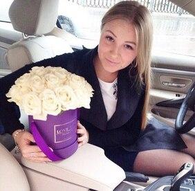 Букет в фиолетовой шляпной коробке с кремовыми розами Love Box