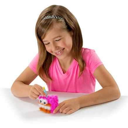 Девочка играет в конструктор липучка Bunchems