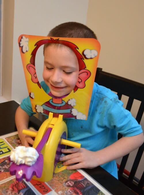 Мальчик готов крутить ручки игры Пирог в лицо