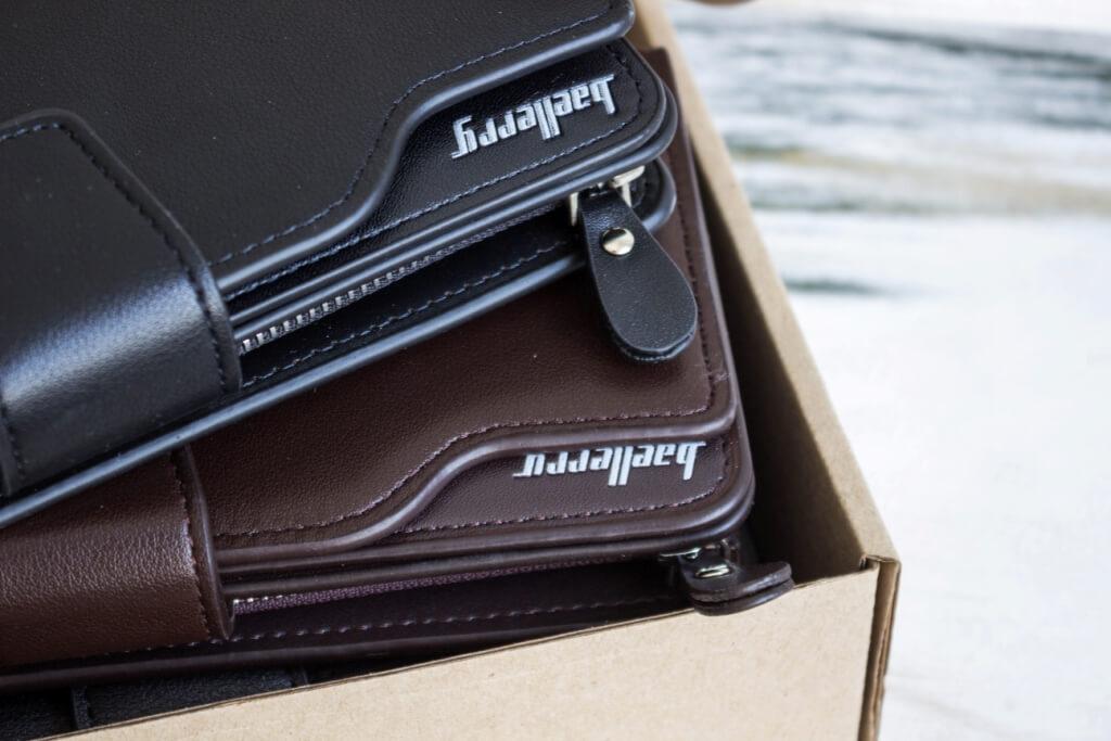 логотип Baellerry на портмоне в коробке