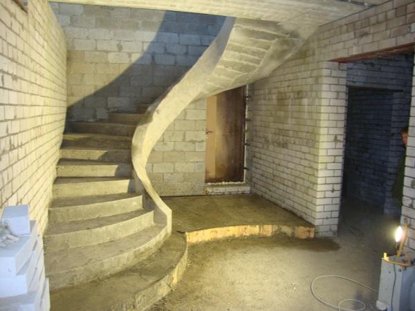 лестница монолитная с тетивой