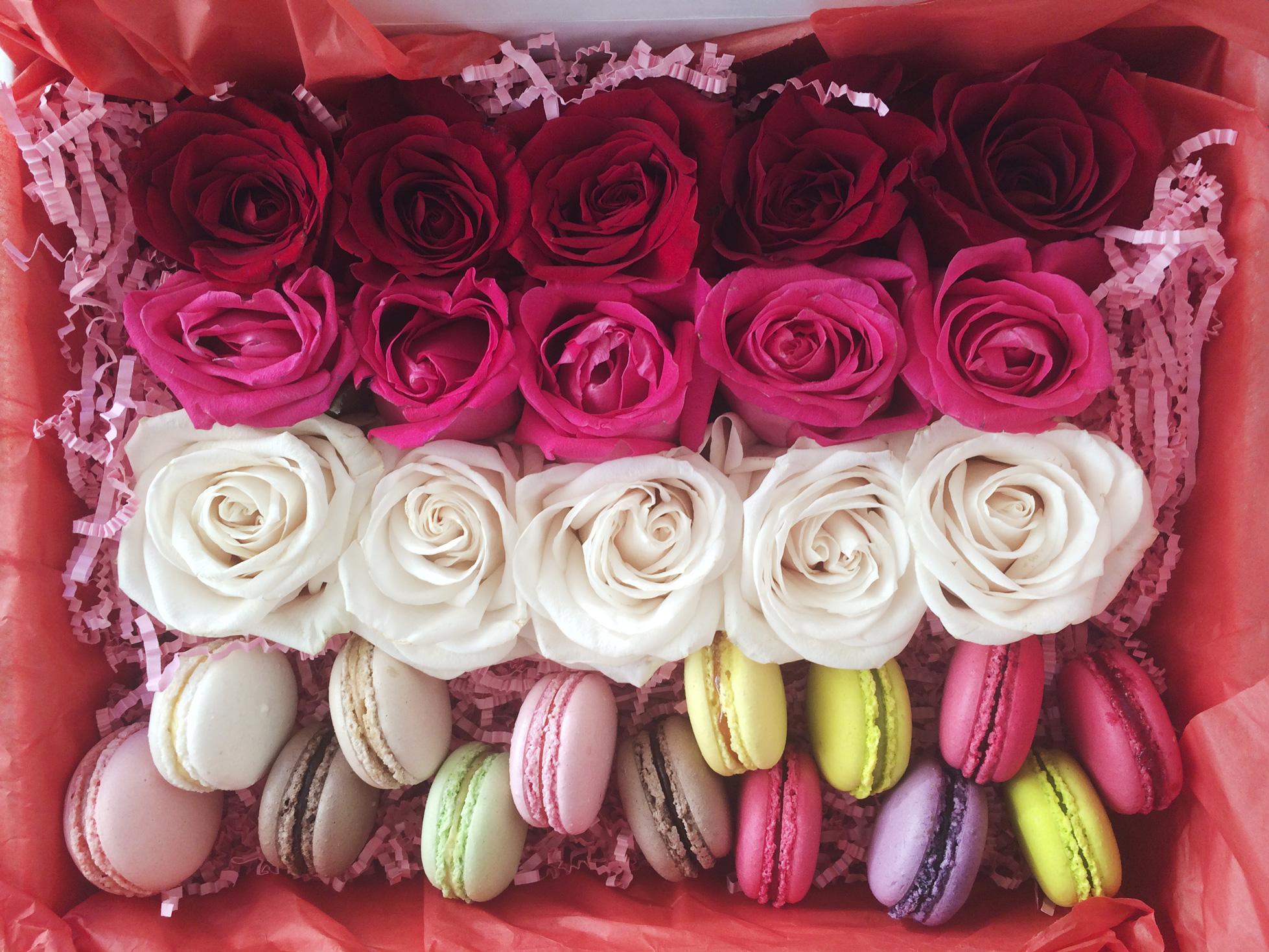 коробка с цветами и macarons