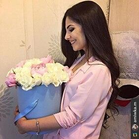 Букет в голубой шляпной коробке с розами и пионами Love Box