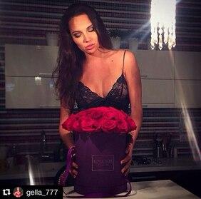 Букет в фиолетовой шляпной коробке с красными розами Love Box