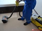 Удаление загрязнений экстрактором при химчистке коврового покрытия